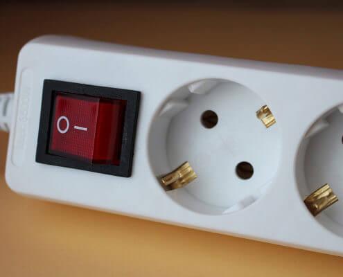 Bild zeigt Fotoaufnahme einer weißen Steckerleiste